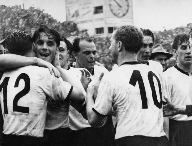 Daily Life | The 1970s | Cheering at the German team after the victory in the World Cup final in Bern, 1954 | 00049182