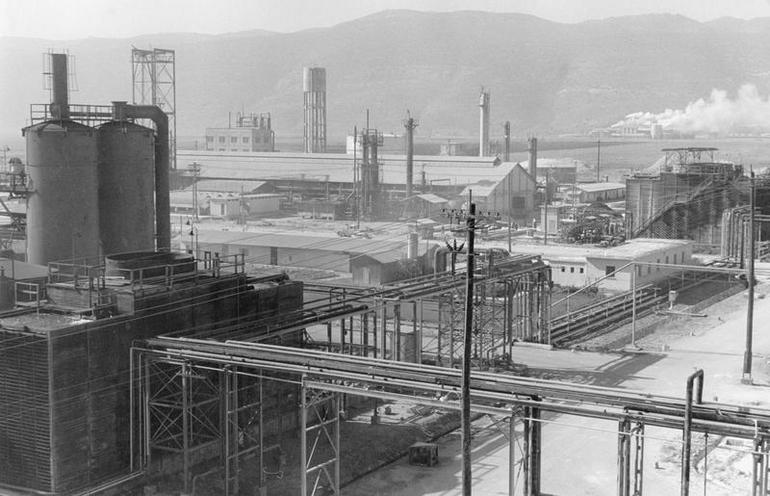 Daily Life | Vintage Festival of Vevey - Photo Story by Max Scheler 1955 | Chemical plant in Haifa | 00140726