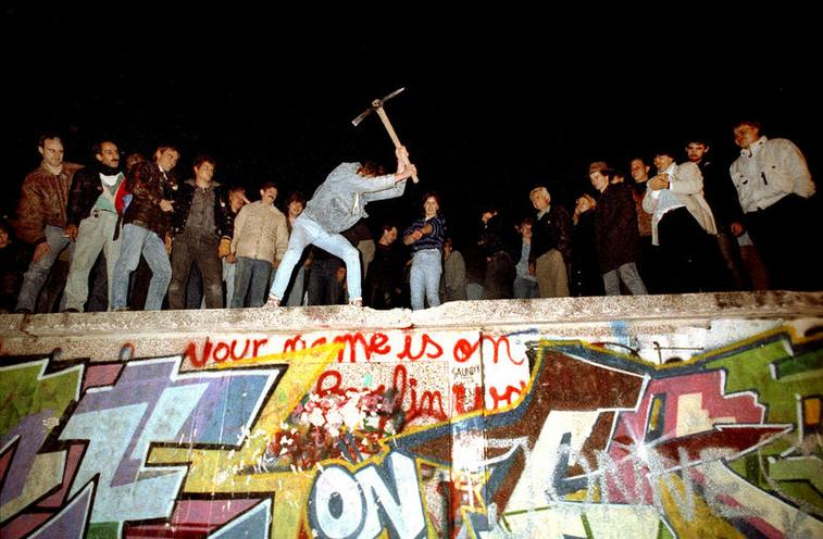 Daily Life | The 1980s | Fall of the Berlin Wall, 1989 | 00370157