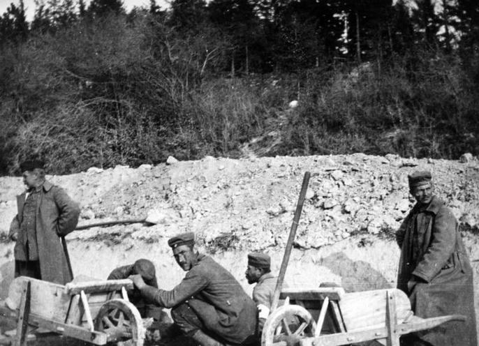 Contemporary | Battles of the Isonzo during First World War | German captives at road works | 00474083