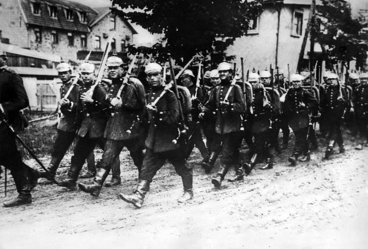 Contemporary | Colonialism | German troop advancing on the Western Front, 1914 | 00482195