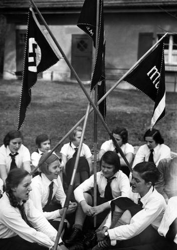 History | Nazism 1934-1945 | League of German Girls 02100918
