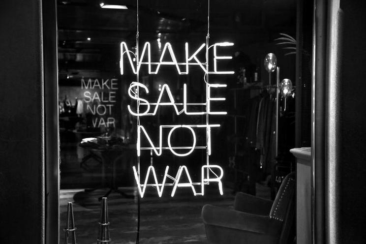 Places | Places, architecture, sports - Regina Schmeken | MAKE SALE NOT WAR - Leuchtreklame in Venedig, 2016 | 02364502