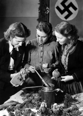 Daily Life | History of sports | Members of the National Socialist Women's League making Christmas decoration, 1941 | 00335258