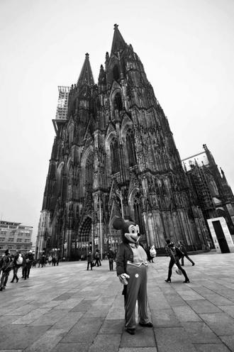Places | London | Mickey Mouse in front of the Cologne Cathedral, 2013 | 01033329