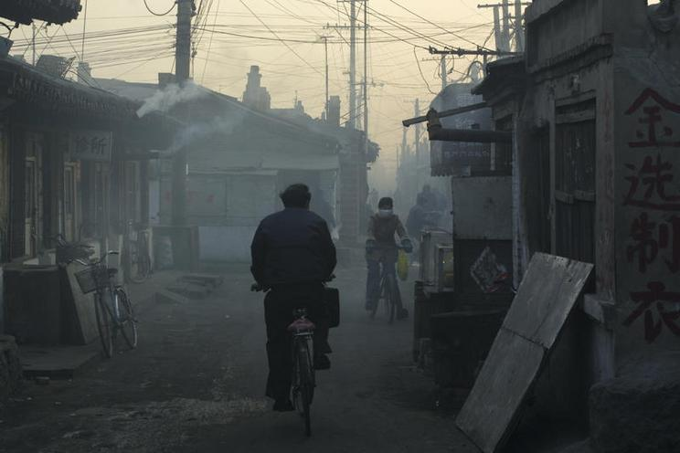 Places | London | People peddle their bycycle under heavy smog in a small coal town outside Datong city | 01142402