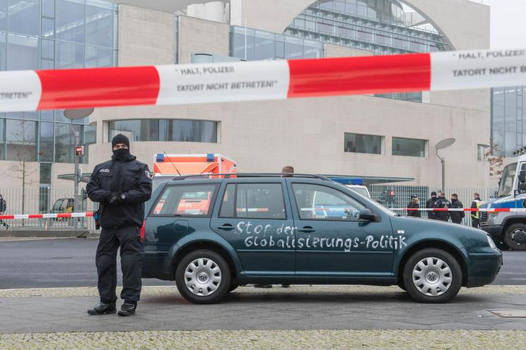 Current Events | Car crashes into the gates of the office of German Chancellor, 25.11.2020 - by Christian Ditsch 02970798