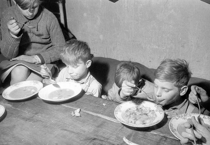 Daily Life | Retro | Refugee family in their home near Muenster, 1961 | 02269362