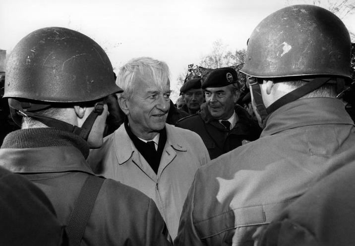 Personalities | Religion | Richard v. Weizsaecker visiting the Bundeswehr, 1990 | 00500880