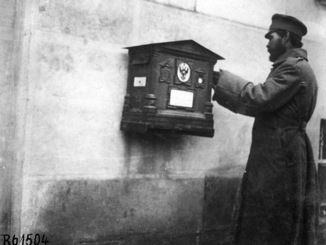 Contemporary | Battle of Gallipoli 1915 / 1916 | Russian soldier at a letterbox in Lviv, 1914 | 00473014