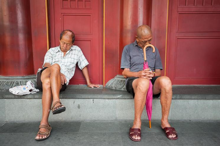 Places | Berlin | Singapore, Republic of Singapore, Two men relax in Chinatown | 02426412