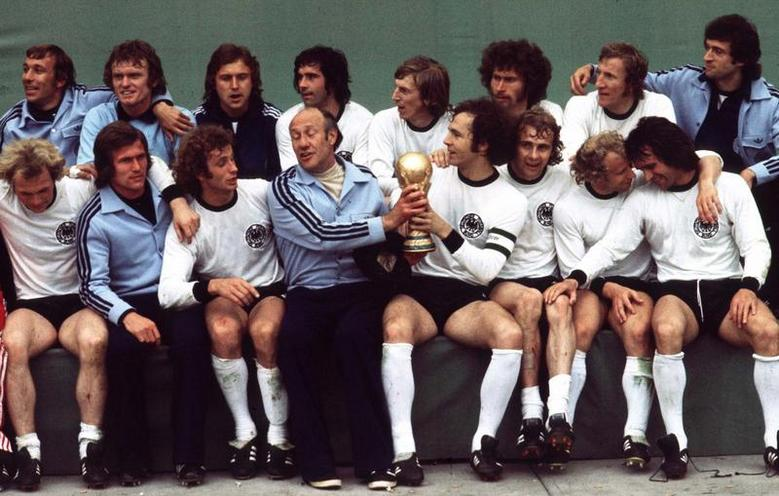 Daily Life | History of sports | The German national football team with the World Cup trophy, 1974 | 00096082