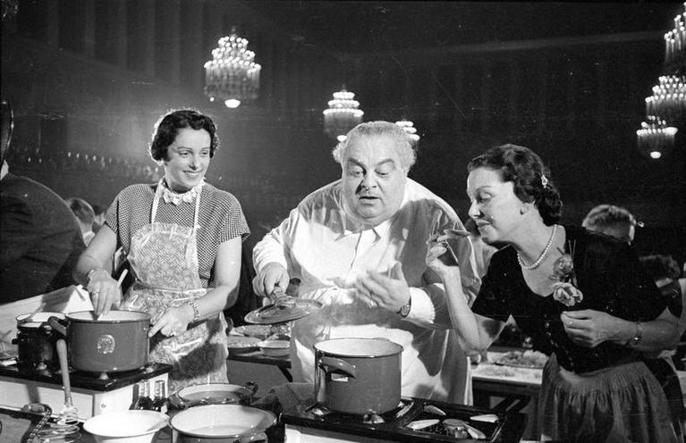 "Daily Life | Nostalgia | The ""Hertie Kochparade"" (Hertie Cooking Challenge) in the Congress Hall of the Deutsches Museum in Munich, 1952 