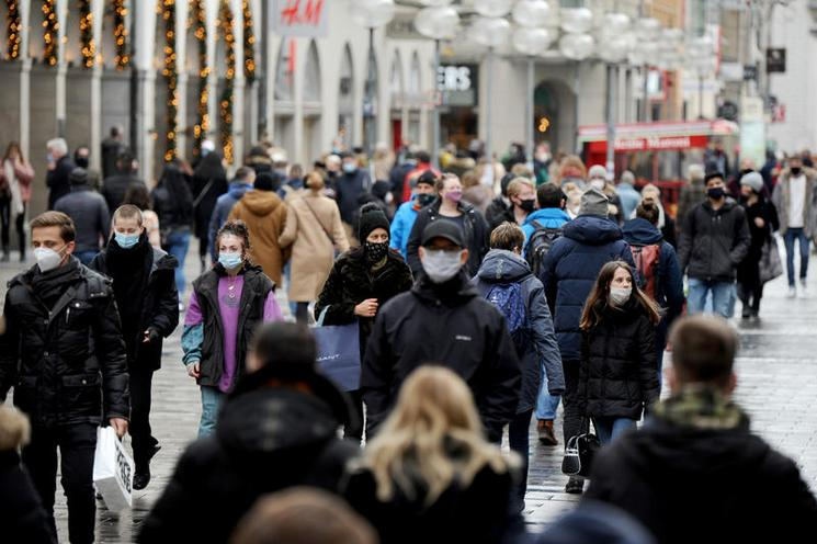 Current Events | Christmas shopping in Munich during the corona-crisis, 2020 - by Stephan Rumpf 02976757