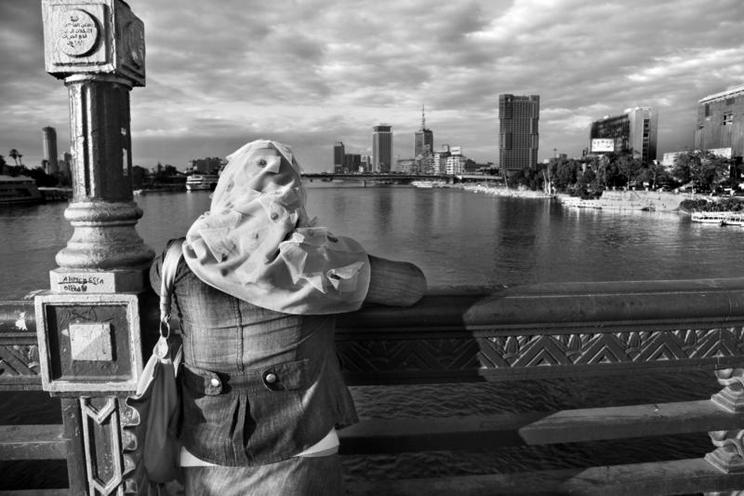 Places | North Africa | Woman on the Qasr al-Nil Bridge in Cairo, 2012 |  00904368