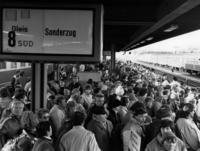 Train passengers at the main station in Hof after the fall of the Wall, 1989 amw/Süddeutsche Zeitung Photo